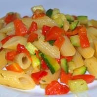 penne con zucchine e peperoni rossi